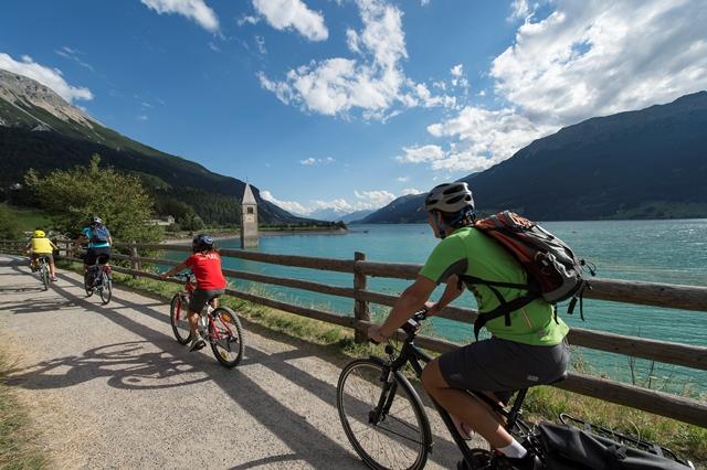 Radfahren am Turm im See.jpg