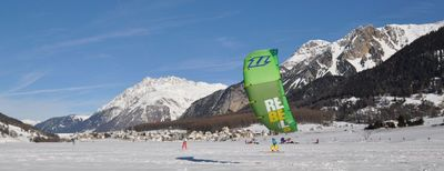 Snowkiting on Lake Resia