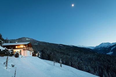 Blick auf die Berghütte im Winter