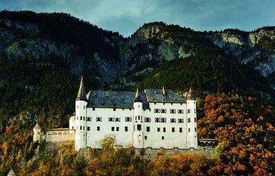 Schloss_freigestellt_vor_Berg_kleiner Ausschnitt.jpg