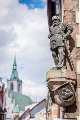 Steinfigur mit Pfarrkirche-801x1200.jpg