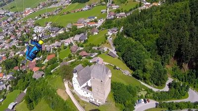 tandem flight above Freundsberg Castle